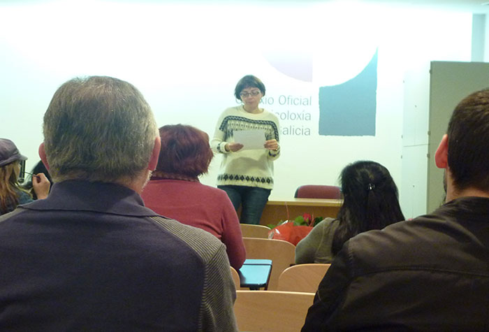 Momento da lectura de Elena Mª González Toimil da súa obra
