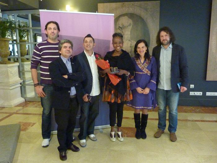 Membros da Asociación de veciños de Angrois, xunto a Decana do COPG e o grupo musical Jamila Puro Filin