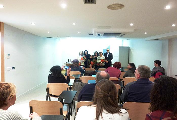 As tres premiadas xunto coa decana e vicedecano do COPG e asistentes ao acto