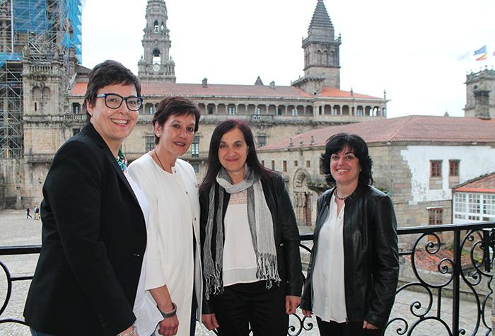 De esquerda a dereita: Mª Concepción Fernández, Concelleira de Políticas Sociais do Concello de Santiago, Mª Teresa Hermida, ex-Decana do COPG, Mª Rosa Álvarez, Decana do COPG, e Socorro Rodríguez, Decana da Facultade de Psicoloxía da USC