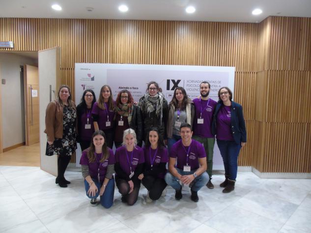 Parte do alumnado que apoio nas IX Xornadas Estatais de Psicoloxía contra a Violencia de Xénero como voluntariado, xunto con persoal do COPG